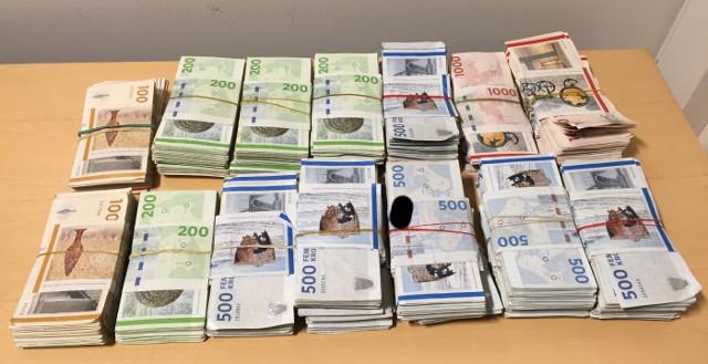 En politihund snusede sig i går frem til knap én million kroner, som politiet skønner stammer fra hashhandel. Foto: Københavns Politi.