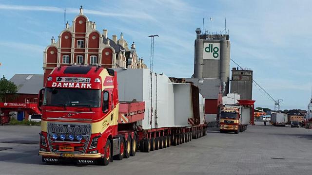 Store broelementer skal i de kommende dage fragtes fra Korsør til København på kæmpestore lastbiler. Foto Michael Johannessen.