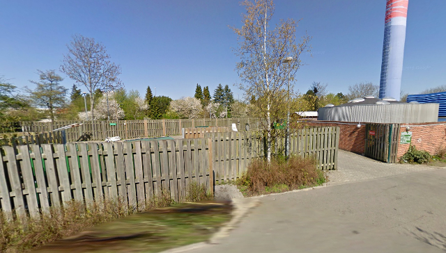 En nyfødt baby blev lørdag eftermiddag fundet i en pose mellem to containere ved varmecentralen på Baltorpvej. Foto: Google Maps.