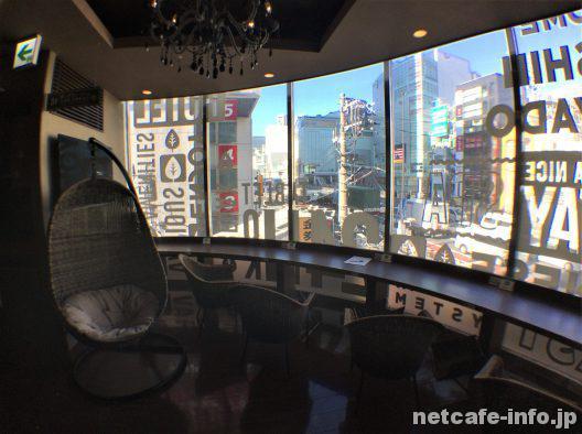 3階癒しカフェ新宿の繁華街を眺められる景色のいい席も