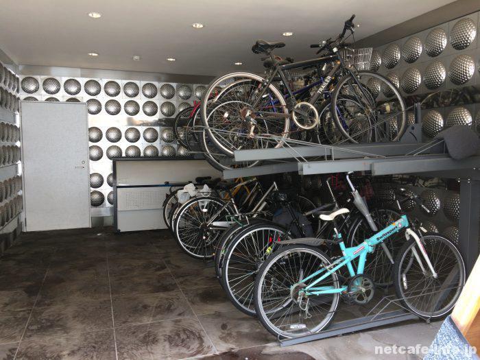 1階入り口横に駐輪場あり。