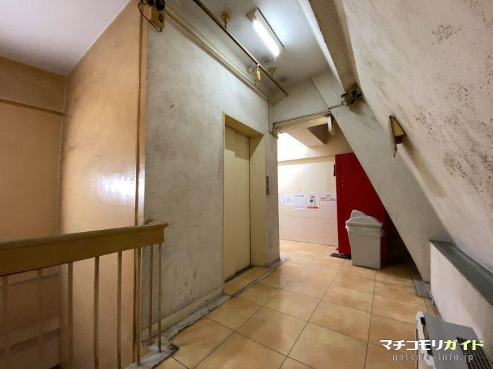 5階に上がると無味乾燥とした薄暗いエレベーターホールが