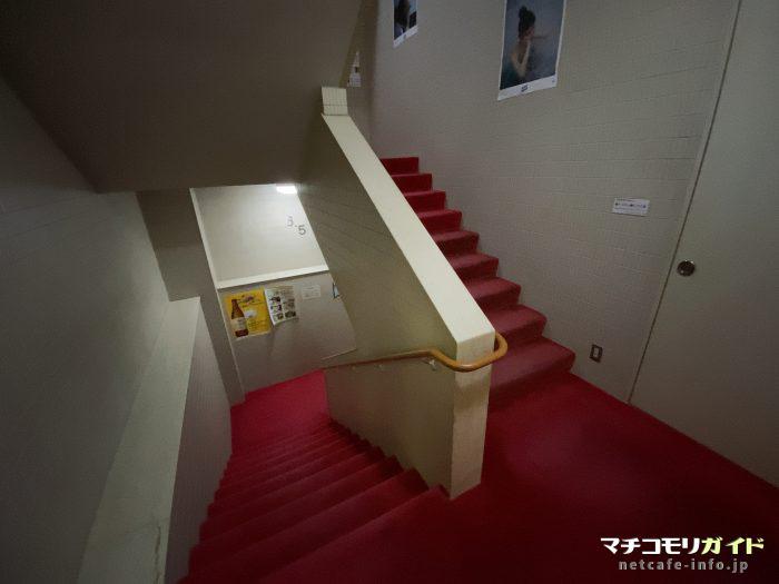 大浴場とリラクゼーションラウンジに続く階段