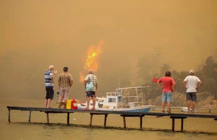 La Turquie, la Grèce, l'Italie flambent: villageois et touristes évacués