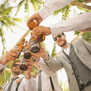 גברים שותים בירה