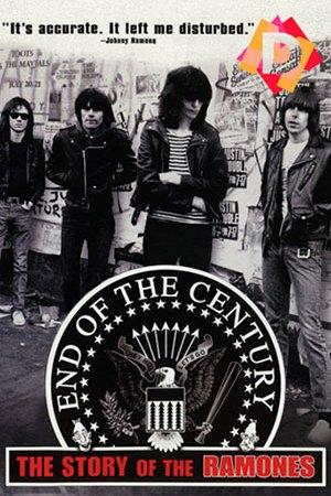 Componentes del grupo Los Ramones delante de una pared llena de carteles
