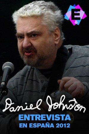 daniel johnston con jersey gris cantando con un microfono