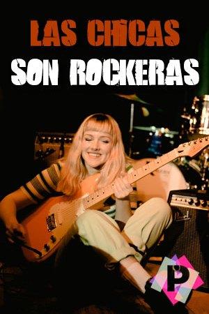 Las Chicas Son Rockeras. chica rubia sentada en el suelo tocando la guitarra con la bateria de fondo