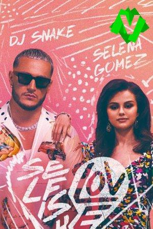 Selena Gomez apoyada en el hombro de DJ snake sobre un fondo pintado a tiza