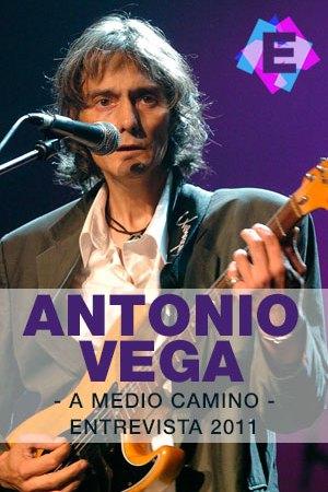 Antonio Vega - A Medio Camino, Entrevista 2011 - antonio tocando la guitarra con traje de chaqueta