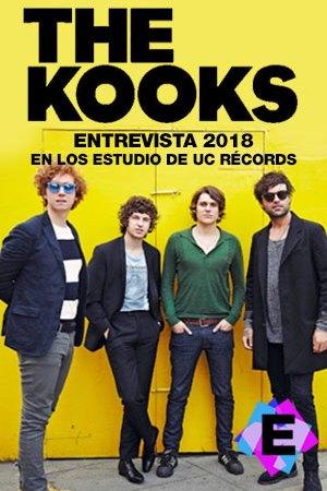 The Kooks- En Los Estudio De UC Récords. The kooks de pie con una pared amarilla de fondo.