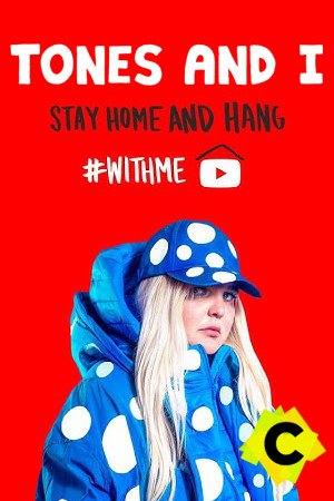 Tones And I - Concierto #StayHome and hang #WithMe. Toni Watson en fondo rojo con chaqueta azul de lunares blancos