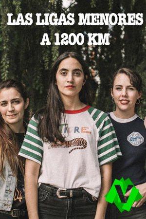 La cantante del grupo argentino las ligas menores, Anabella Cartolano. Rodeada de mas componentes del grupo