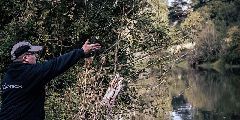 amorce à la main pour la pêche de la carpe au coup en rivière