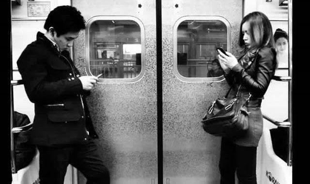 usando smartphone en metro