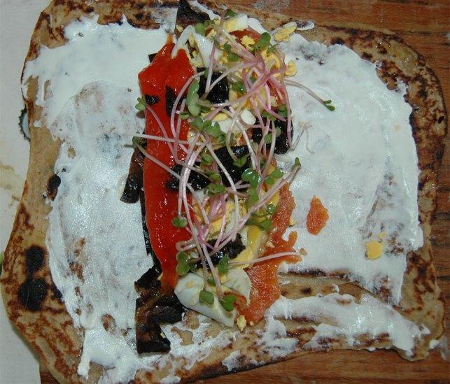 לבנה עיזים המון חציל קלוי בתנור ביצה פלפל קלוי קצת מטבוחה לימונים כבושים ונבטי צנוניות