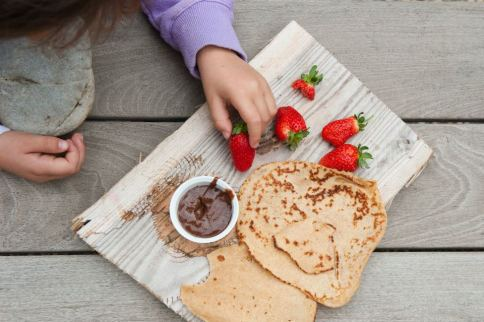 תותים שוקולד פרא לטבילה ולאפות במצב קריספי על קרשים מהים