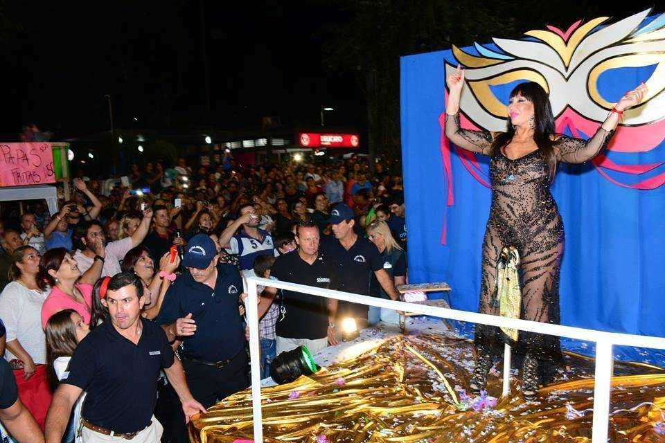 Moria Casán, Julio Ríos y El Reja hicieron delirar al público en el centro de Melo