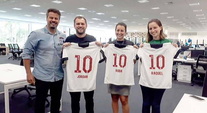 Imagem revelada em primeira mão pelo DIÁRIO DO RIO, de camisas personalizadas do Vasco entregues a membros da Havan nesta quarta (18/12)