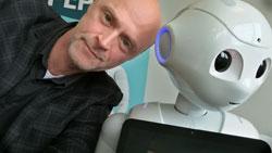 Lars Michael Sørensen og en menneskelignende robot