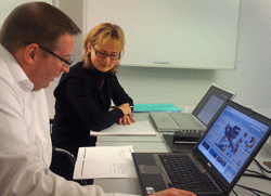 En mand og en kvinde udfører en tænke-højt-test på computer