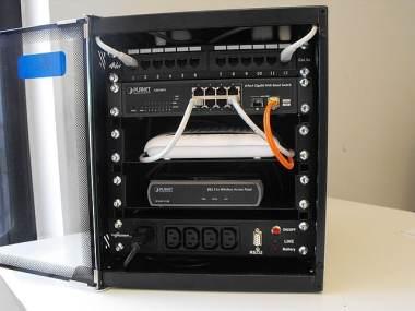 """Minipower cablaggio in armadio 10"""" con UPS Minipower, Patch panel, switch fibra ottica / rame, ADSL Router e Access Point Wi-Fi"""