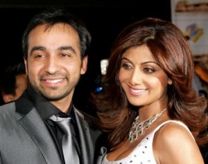 Indian actress Shilpa Shetty (R) and her new partner Raj Kundra arrive for the Zee Cine film awards 2008 at the ExCel center in London, on April 26, 2008. AFP PHOTO /Max Nash) (Photo credit should read MAX NASH/AFP/Getty Images)