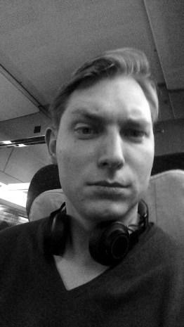 Ein Snapchat Nutzer als cooles Schwarweiß-Selfie