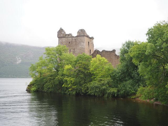 Der Turm von Urquhart Castle, hier soll sich Nessie am häufigsten rumtreiben