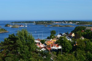 kleine Stadt am Wasser mit grünen Hügelchen und kleinen Inseln