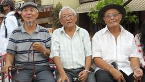 Drei gut gelaunte nepalesische Rentner