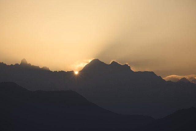 Sonne hinter einem Bergkamm