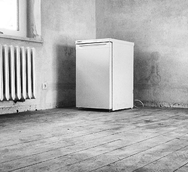 Die Glühbirne im leeren Kühlschrank
