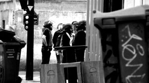 Polizisten mit Schutzhelm, aber in Zivilkleidung.