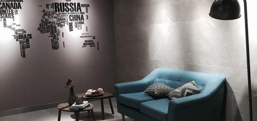Wohnzimmer mit Weltkarte.