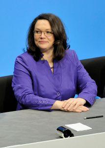Andrea Nahles 2013 bei der Unterzeichnung des Koalitionsvertrages der 18. Wahlperiode des Bundestages (Foto: Martin Rulsch; CC BY-SA 3.0).