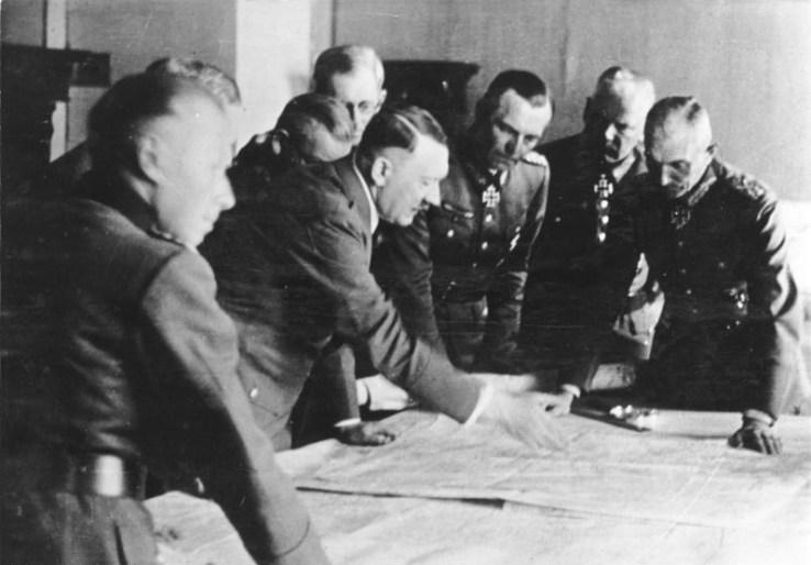Adolf Hitler mit dem späteren Generalinspekteur des Bundeswehr, Adolf Heusinger (1.v.l.), im Jahr 1942 bei einer Lagebesprechung.
