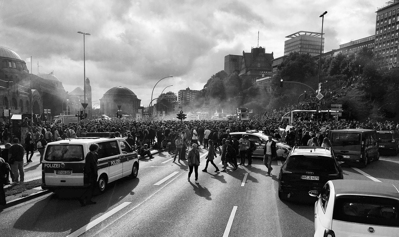Woher kommt der Hass auf die G20. Demonstration gegen G20 in Hamburg von Tama66 (pixabay.com);Creative Commons CC0
