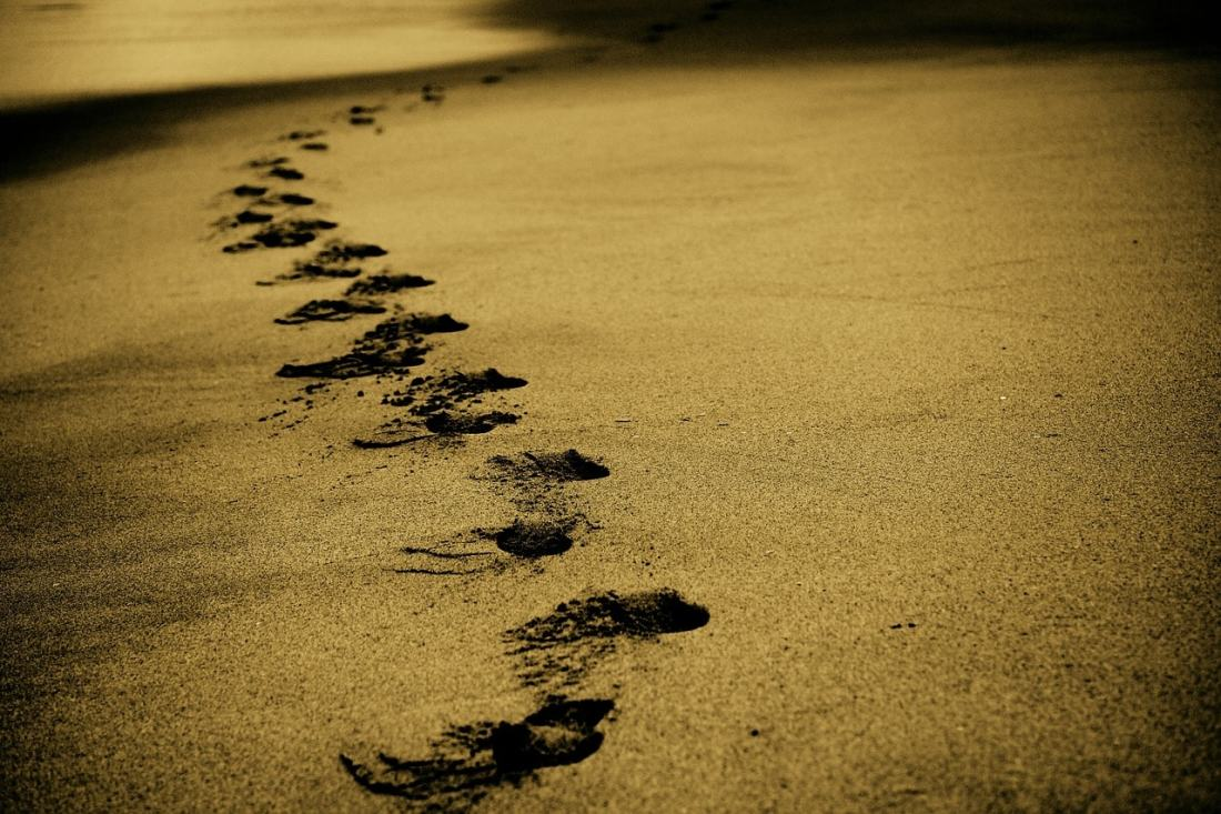 Fußspuren im Sand.