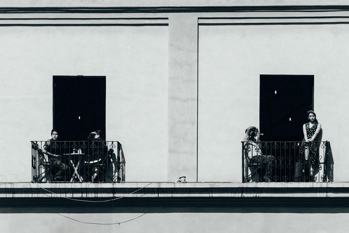 Menschen auf dem Balkon. (Foto Amaury Salas, Unsplash.com)