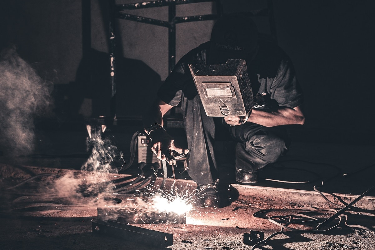 Arbeiter in einer Fabrik. (Foto: Hanny Naibaho; unsplash.com)