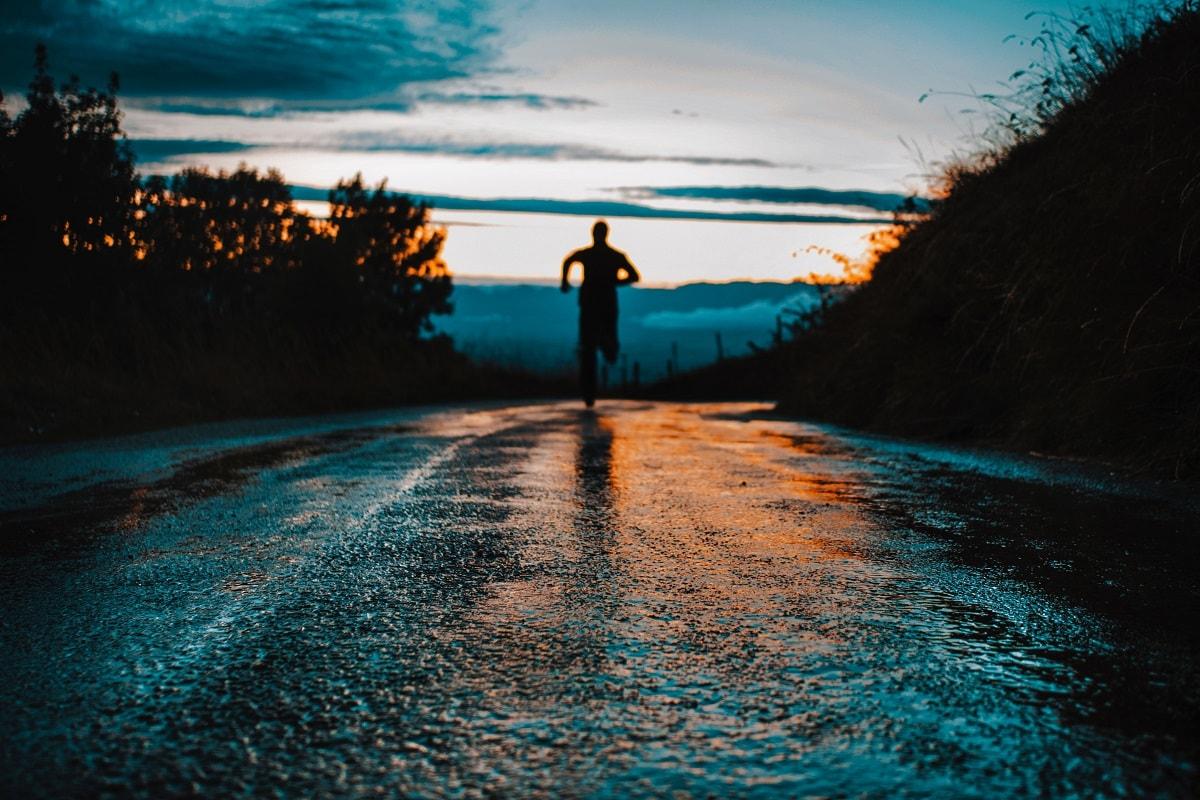 Ein einsamer Läufer auf einer Straße. (Foto: Lucas Favre; Unsplash.com)