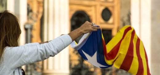 Eine Frau mit der Fahne Kataloniens. Foto von Ramon de cal Benido(Flickr.com);CC BY-NC-ND 2.0