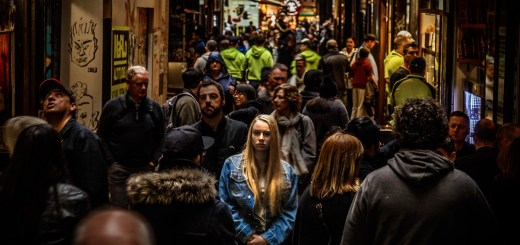 Frau steht in der anonymen Menge. (Foto: Mike Wilson; Unsplash.com)
