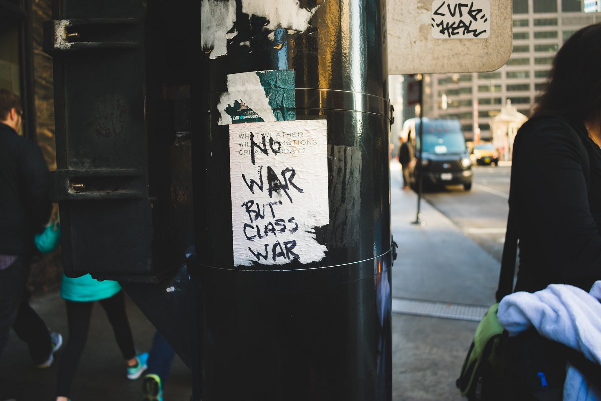 Aufkleber No War But Class War. (Foto: Kayle Kaupanger; Unsplash)