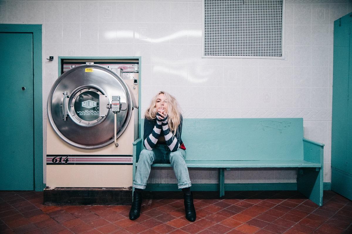Frau wartet. (Foto: Kristopher Roller; Unsplash.com)