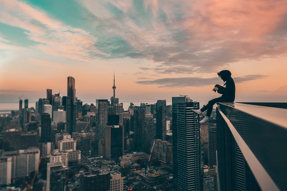 Mann auf einem Hochhaus. (Foto: Yeshi Kangrang; Unsplash.com)