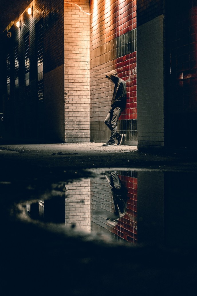 Mensch spiegelt sich im Wasser einer Pfütze. (Foto: Warren Wong, Unsplash.com)