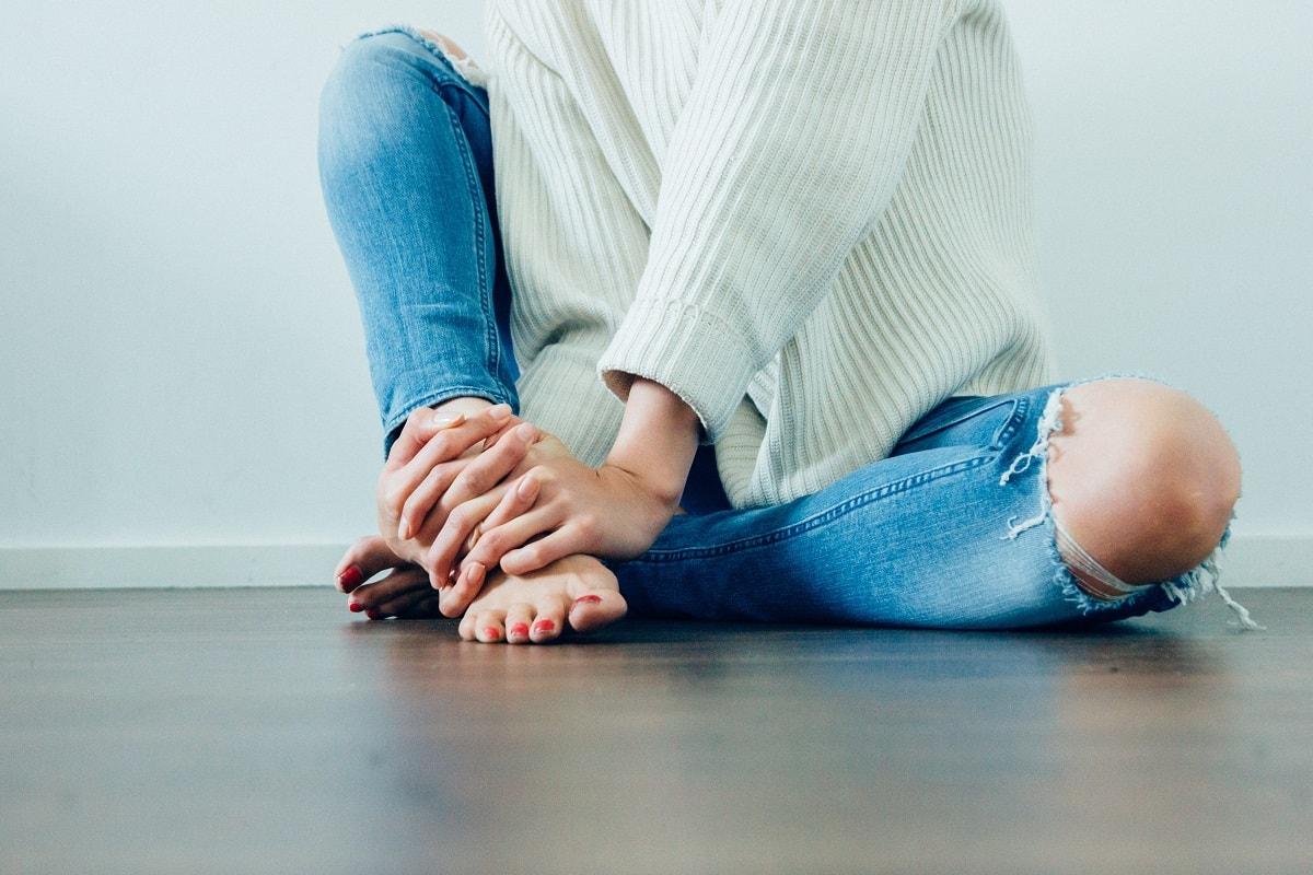 Eine Frau hockt auf dem Fußboden. (Foto: Imani Clovis; Unsplash.com)