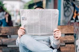 Ein Mann mit einer Zeitung. (Foto: Roman Kraft, Unsplash.com)
